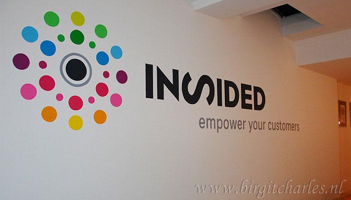 logo op muur